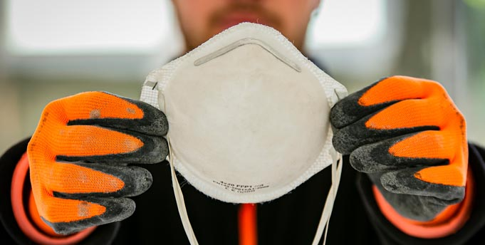 Bauarbeiter mit Atemschutzmaske: Auch der Arbeits- und Gesundheitsschutz zählt zu den Aufgaben von Betriebsräten. Die IG BAU appelliert an Beschäftigte, sich gerade in Krisenzeiten um die Vertretung ihrer Interessen im Betrieb zu kümmern. Foto: IG BAU