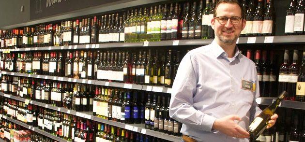 Besonders stolz ist Wolf Röß auf die regionalen Produkte, die sein Sortiment bereichern. Hier sind es vor allem die Weingüter aus Alsheim oder die Kartoffeln und das Gemüse aus Eich. Foto: Robert Lehr
