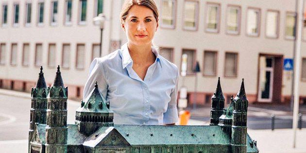"""""""Es geht mir immer um unser Worms"""", unterstreicht Stephanie Lohr am Bronzemodell des Domes vor dem ehemaligen Gesundheitsamt, das mit dem Andreasquartier für die zukünftige Entwicklung eine wichtige Rolle spielen soll. Foto: Kati Nowicki"""