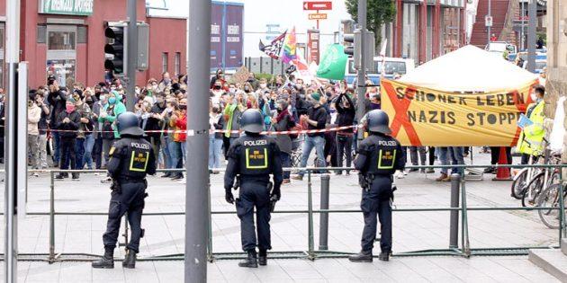 """Am 6. Juni verhinderte ein Großaufgebot der Polizei eventuelle Ausschreitungen. Damals waren zahlreiche Gegendemonstranten beim von Rechtsgerichteten proklamierten """"Tag der Deutschen Zukunft"""". Archivfoto: Karolina Krüger"""