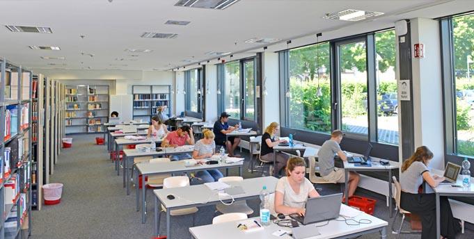 Die Bibliothek der Hochschule Worms ist ein nachgefragter Lernort. Foto: Uwe Feuerbach
