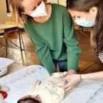 Wöchentliche Hebammensprechstunde im Caritaszentrum auch in Pandemiezeiten: Hebamme Katrin Stellmacher-Prölß (links) im Gespräch mit einer jungen Mutter. Gleich wird die kleine Tochter gewogen. Foto: Georg Bruckmeir