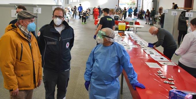 Oberbürgermeister Adolf Kessel, der Leiter des Testzentrums Dennis Hübinger (DRK) und Olaf Deichelmann, freiwilliger Helfer (ASB) bei einem Gespräch im Testzentrum (von links).