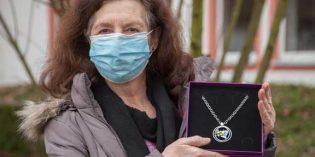 """Helga Altendorf freut sich über den """"Waldlichtungs-Anhänger"""" im Wert von 649 Euro der Gold- und Ideenschmiede Annette Kienast."""