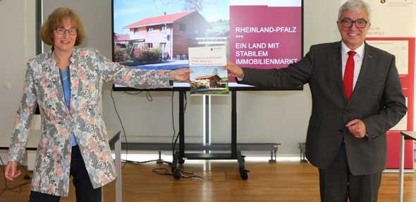 Dr. Gabriele Hückelheim, Vorsitzende des Oberen Gutachterausschusses, übergibt den Bericht an Innenminister Roger Lewentz. Foto: MdI RLP