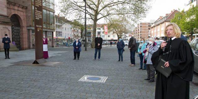 Gebet der Religionen auf dem Wormser Marktplatz mit Mitinitiatorin und Leiterin Dr. Erika Mohri (rechts). Foto: Christine Dirigo