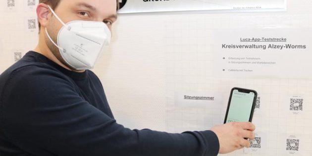 Der Verwaltungsleiter des Gesundheitsamtes Alzey-Worms, Tobias Rohrwick, testet die Luca-App. Foto: Simone Stier