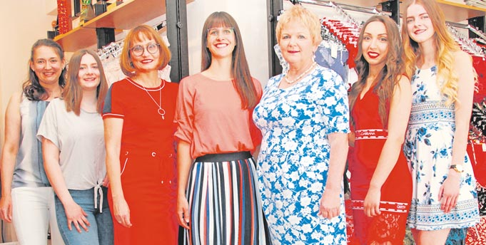 as freundliche Team um Gaby Micol Brünnler (3. von rechts) steht für Kompetenz rund ums Thema Dessous und Wäsche.