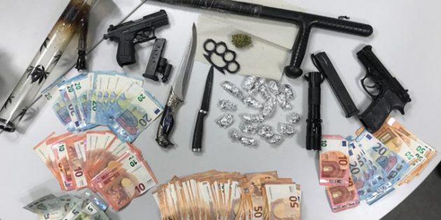 Die sichergestellten Waffen, die Betäubungsmittel und das Bargeld. Foto: Polizei