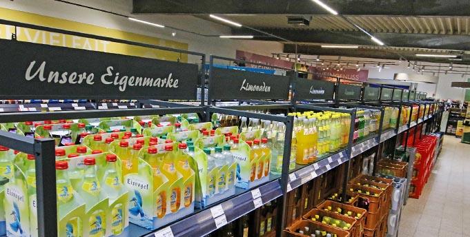 Von A wie Apfelsaft bis Z wie Zitronenlimonade offeriert Getränke Wolf in seinem neu eröffneten Fachmarkt Getränke für jeden Geschmack. Foto: Christian Küfner