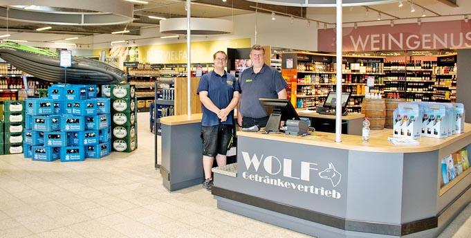 Von links: Marktleiter Tim Klöter und Geschäftsführer Jens Lenhardt freuen sich auf die Zukunft des neu eröffneten Getränkemarktes. Foto: Christian Küfner