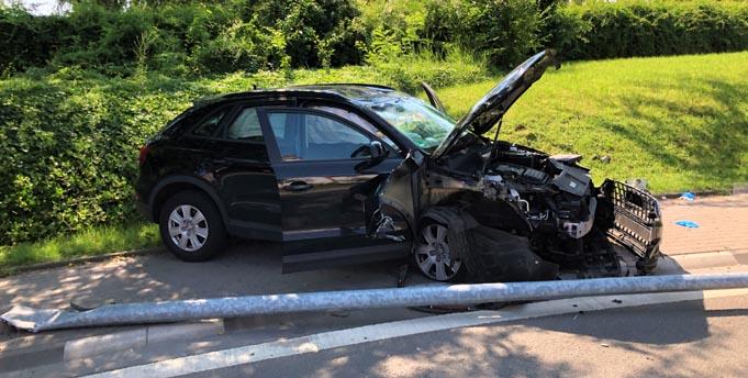 Der unfallbeschädigte PKW in der Gaustraße. Foto: Polizei