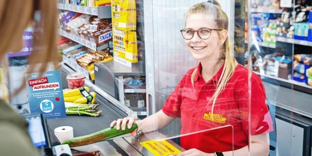 """Mit den beiden Wörtern """"Einfach aufrunden"""" können Kundinnen und Kunden an allen Netto-Kassen ihren Einkaufsbetrag auf den nächsten 10-Cent-Betrag aufrunden; zusätzlich gibt es in über 3.800 Filialen die Möglichkeit, das Flaschenpfand zu spenden. Foto:Netto Marken-Discount"""