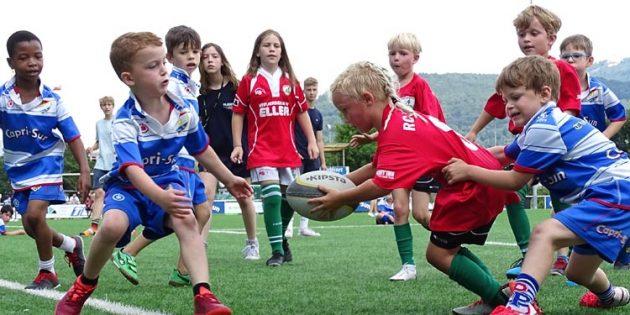 Für das junge Team war der erste Turnierauftritt ein ganz großes Erlebnis und wurde mit großen Einsatz begangen –wie hier von Liam im roten Drachnentrikot.