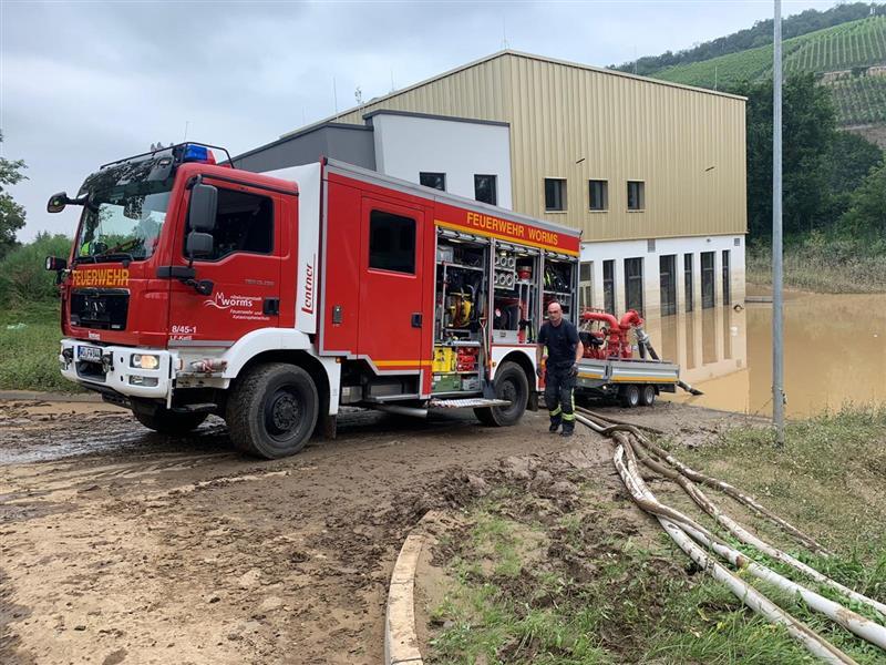 Einsatzkräfte der Feuerwehr Worms pumpen überflutete Gebäude in Heimersheim/Stadt Bad Neuenahr-Ahrweiler aus. Foto: Stadt Worms