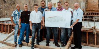 BU: Die Verantwortlichen freuen sich bei der Projektpräsentation über das neu entstehende Tanklager. Foto: bwg