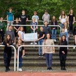 Die Klasse 6D des Wormser Gauß Gymnasiums tut Gutes mit ihrer Klassenkasse, die Klinikum Fundraiserin Tanja Hammerle stellvertretend entgegennimmt.