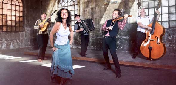 Ein musikalisches Feuerwerk mit emotionsgeladener Musik vom Balkan bieten die fünf Virtuosen von Foaie Verde. Foto: Licht-Schein-Fotografie