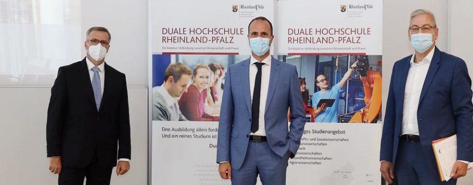 Der Präsident der Dualen Hochschule Rheinland-Pfalz Jens Hermsdorf, Wissenschaftsminister Clemens Hoch und Geschäftsführer der Dualen Hochschule Rheinland-Pfalz Hans-Christoph Reiss.