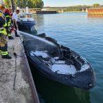 Brennendes Boot auf dem Rhein