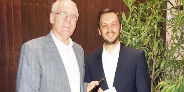 Josef Töngi, scheidender Dirigent der Blaskapelle mit Stefan Weinmann, 1. Vorsitzender der Blaskapelle Abenheim bei der Verabschiedung aus dem Amt des musikalischen Leiters (von links).