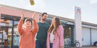 dm überzeugt die Kundinnen und Kunden unter anderem mit Angebotsvielfalt, Eigenmarken, günstigen Dauerpreisen und insbesondere mit den freundlichen Mitarbeitern im Markt – so das Ergebnis des Kundenmonitor Deutschland 2021. Foto:Sebastian Heck/dm