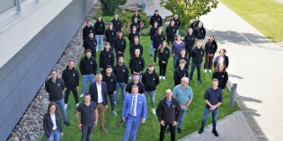 Die neuen Auszubildenden und dual Studierenden der RENOLIT Produktionsstandorte Worms und Frankenthal mit Ausbildern, Ausbildungsleitung, Betriebsräten und der Geschäftsleitung Corporate Human Resources. Foto: RENOLIT SE