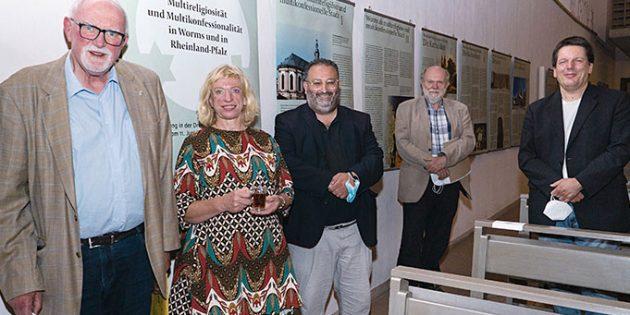 Von links: Für die Ausstellung über Religionen in der Dreifaltigkeitskirche werben Dr. Ulrich Oelschläger, Dr. Erika Mohri, Fuat Demir, Volker Gallé und Andreas Kohrn. Foto: Marta Thor
