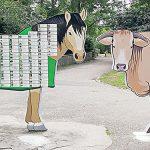 Das große Pferd im Tiergarten, auf dem sich Sponsoren und Tiergartenpaten verewigen können, reichte aus Platzgründen nicht mehr aus. Ein Glanrind musste daher zur Verstärkung aufgestellt werden. Foto: Felix Diehl