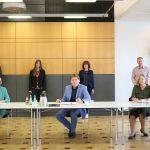 Heike Strack, Chefin der Mainzer Arbeitsagentur, Landrat Heiko Sippel und die Leiterin des Jobcenters Alzey-Worms, Ilka Huber (v.l.), unterzeichneten die Gründungsvereinbarung für die Jugendberufsagentur im Landkreis Alzey-Worms.    Foto: Simone Stier