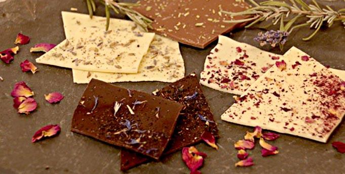 Die neuen Blüten- und Kräuterschokoladen eignen sich auch hervorragend zum Verschenken.