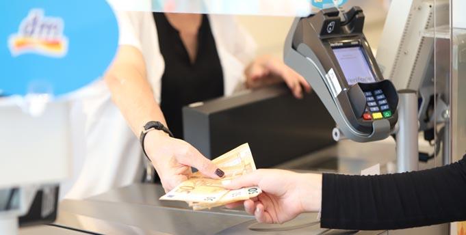 Ab sofort ist es bei dm möglich, beim Zahlvorgang Bargeld mit Debit- oder Kreditkarte von Visa abzuheben. Foto: Nora Laurie Lammers