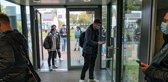 Kontrollen und Rücksichtnahme prägen den Start ins Wintersemester 2021/22. Die gute Laune, endlich wieder auf dem Campus sein zu können, bleibt. Foto: Johanna Ewen