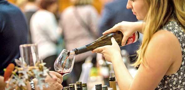 Während der Weinmesse können Gäste des WORMSER wieder zahlreiche Wein- und Sektspezialitäten von Winzern aus Worms und der näheren Region entdecken, probieren und kaufen.Foto: Bernward Bertram